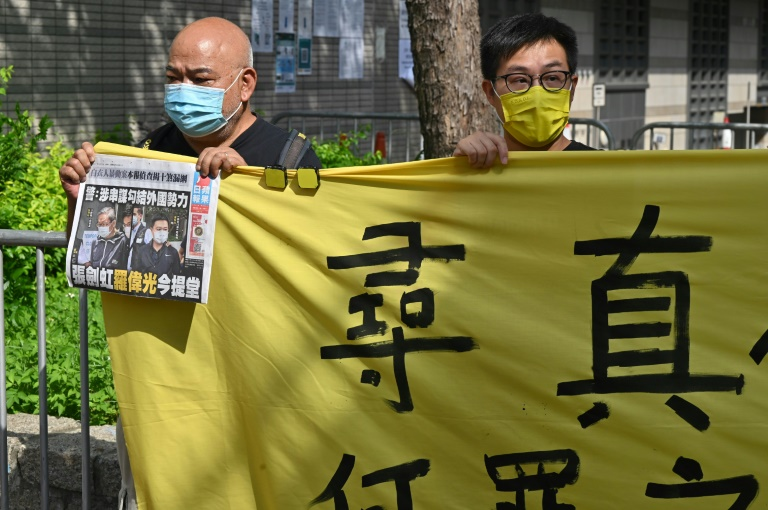 Des supporteurs du rédacteur en chef Ryan Law et du directeur général CHueng Kim-hung de l'Apple Daily devant le tribunal de Hong Kong, le 19 juin 2021
