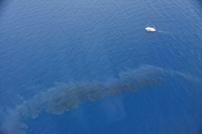 Photo publiée le 12 juin 2021 par la Marine nationale montrant une nappe d'hydrocarbures au large de la Corse