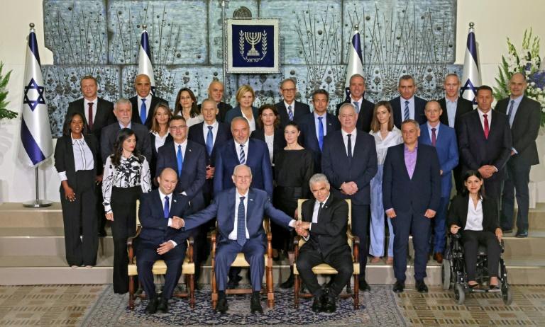 Le nouveau gouvernement israélien avec le président Reuvin Rivlin (c), le Premier ministre Naftali Bennett (g) et le ministre des Affaires étrangères Yaïr Lapid (d), à Jérusalem le 14 juin 2021