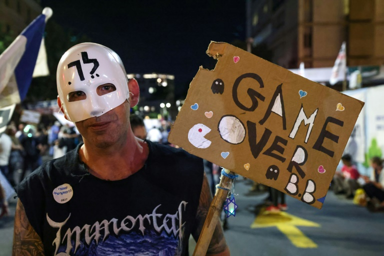 Un manifestant israélien brandit une pancarte avec l'inscription