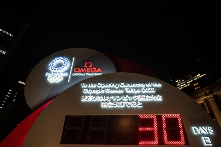 L'horloge du compte à rebours pour les jeux de Tokyo 2020 est lancée, le 22 juin 2021, à Tokyo au Japon près d'une gare de la capitalie nippone.