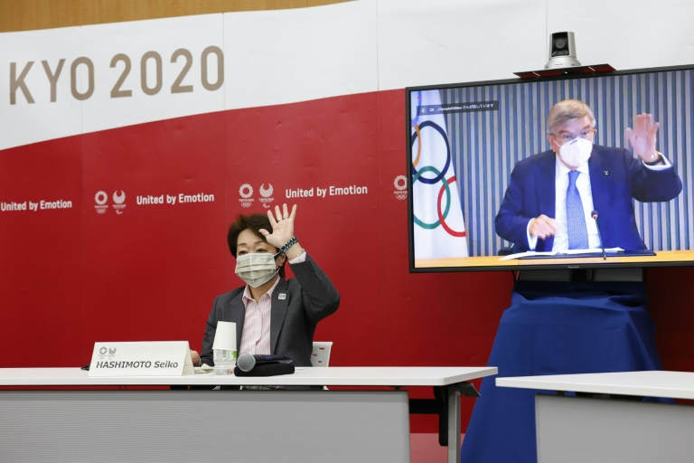 La présidente de Tokyo 2020, Seiko Hashimoto (g) et le président du CIO, Thomas Bach, lors d'une réunion en visioconférence, le 21 juin 2021 à Tokyo