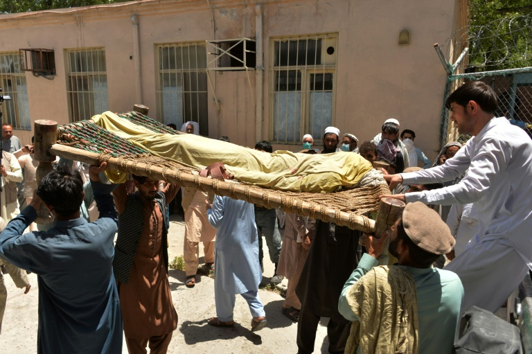 Des proches portent le corps d'un des quatre vaccinateurs anti-polio tués dans une série d'attaques, le 15 juin 2021 à Nangarhar, dans l'est de l'Afghanistan