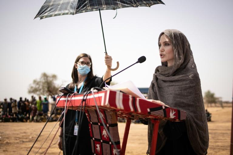L'actrice américaine Angelina Jolie, envoyée spécialedu Haut Commissariat des Nations unies pour les réfugiés, dans le camp de Goudebou, au Burkina Faso, le 20 juin 2021