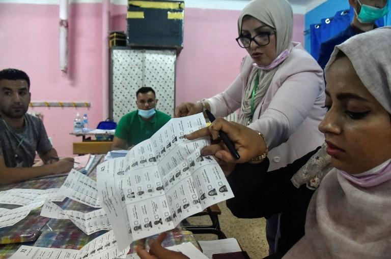 Des assesseurs dans un bureau de vote en banlieue d'Alger, le 12 juin 2021