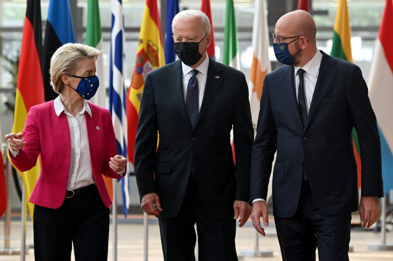 La présidente de la Commission européenne, Ursula von der Leyen, le président américain Joe Biden et le président du Conseil européen, Charles Michel arrivent au quartier général de l'UE à Bruxelles pour un sommet UE-USA, le 15 juin 2021