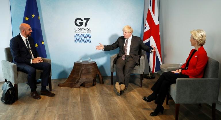 Le Premier ministre britannique Boris Johnson (c) entouré du président du Conseil de l'Europe, Charles Michel, et de celle de la Commission européenne, Ursula von der Leyen, lors du sommet du G7 à Carbis bay, au Royaume-Uni, le 12 juin 2021