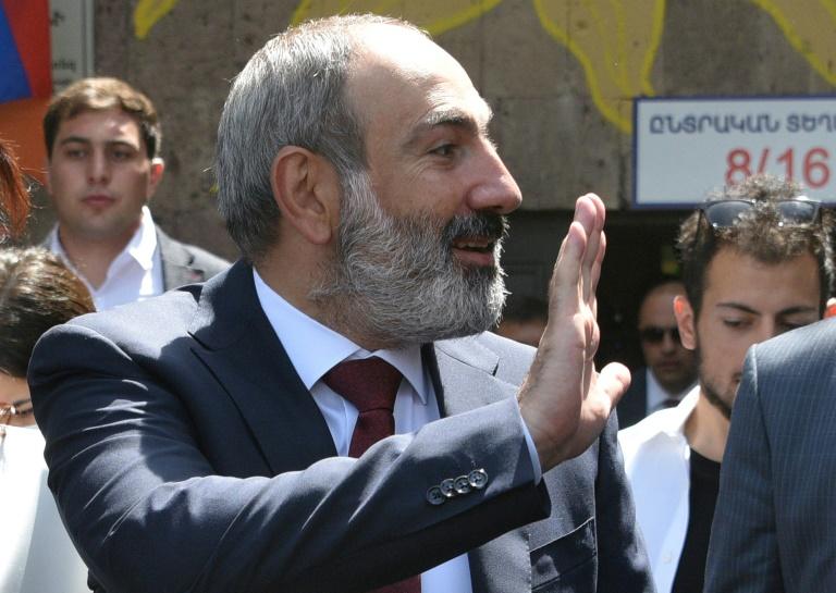 Le Premier ministre arménien Nikol Pachinian justa avant de voter à Erevan le 20 juin 2021