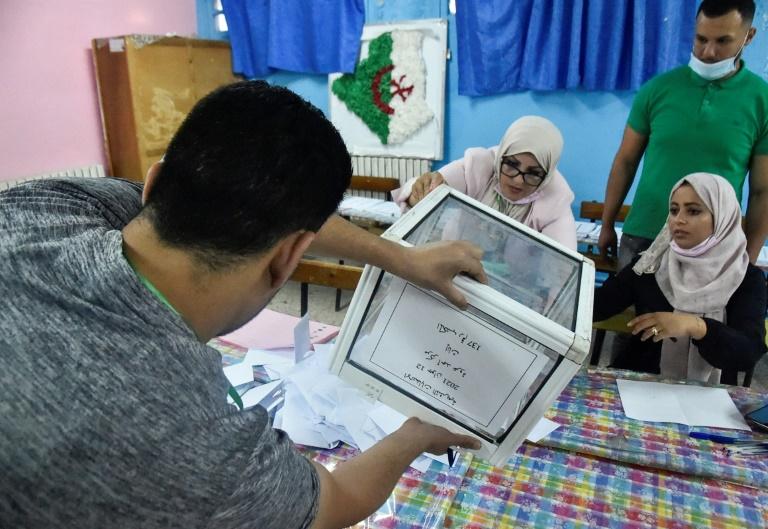 Dépouillement des bulletins de vote pour les élections législatives à Bouchaoui, dans la banlieue ouest d'Alger, le 12 juin 2021