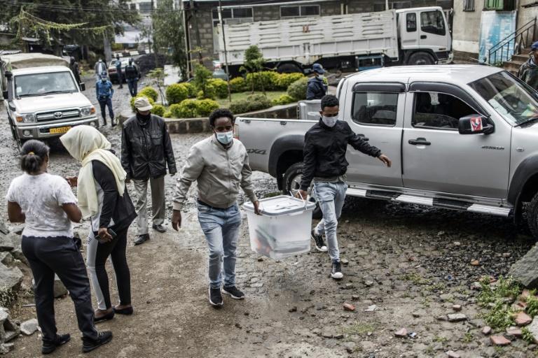 Du personnel électoral transporte du matériel de vote pour les élections nationales en Ethiopie, le 20 juin 2021 à Addis Abeba
