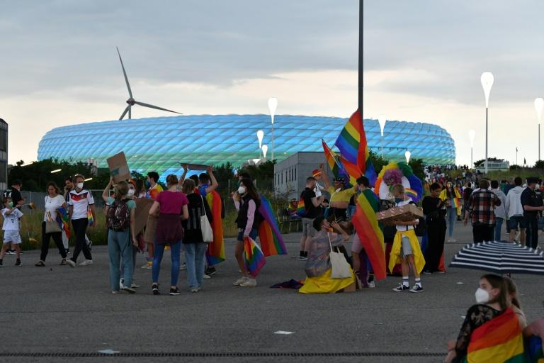 Des supporters allemands avec des drapeaux arc-en-ciel devant l'Allianz Arena de Munich avant le match de l'Euro Allemagne-Hongrie le 23 juin 2021