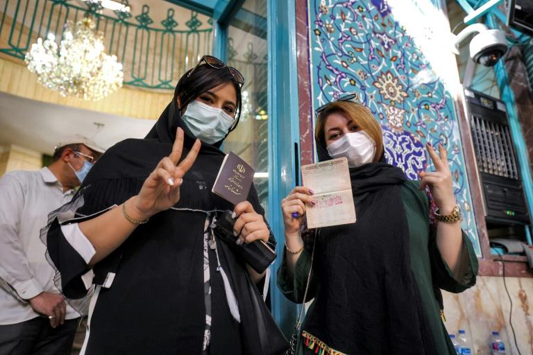 Photo prise le 18 juin 2021 montrant des Iraniennes qui viennent de voter à l'élection présidentielle dans la capitale Téhéran