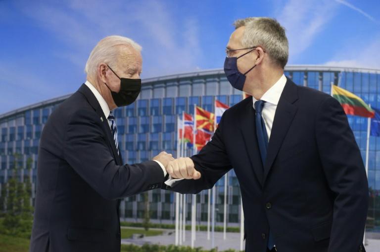 Le président américain Joe Biden (g) rencontre le secrétaire général de l'Otan Jens Stoltenberg lors d'un sommet au siège de l'organisation, le 14 juin 2021 à Bruxelles