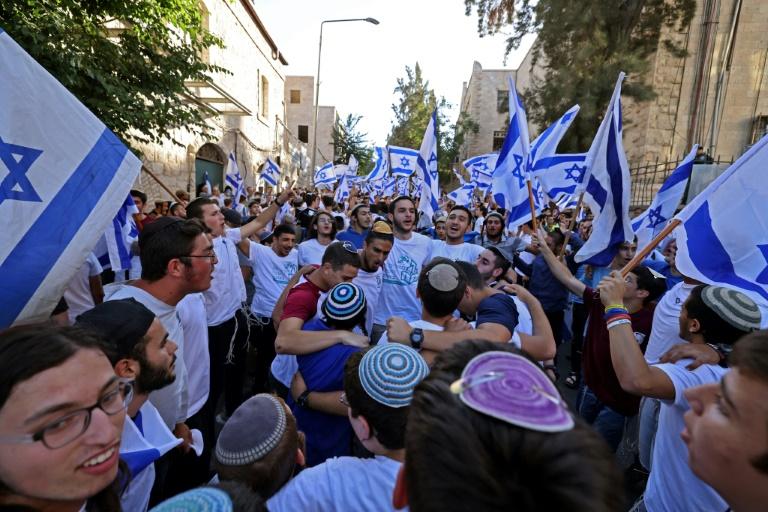 Une foule d'Israéliens se rassemble près de la Vieille ville de Jérusalem pour la