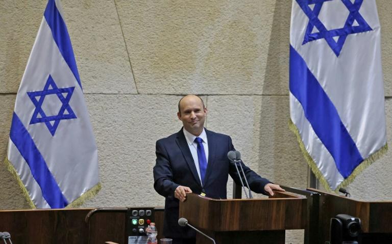 Le chef de la droite radicale en Israël Naftali Bennett fait un discours le 13 juin 2021 lors d'une session spéciale du Parlement pour voter la confiance à sa coalition