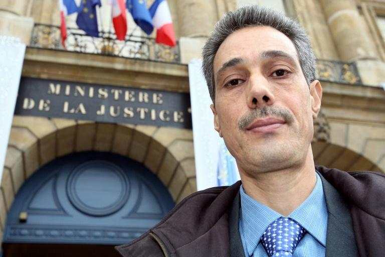 Photo de Omar Raddad, prise devant le ministère de la Justice, le 1er décembre 2008
