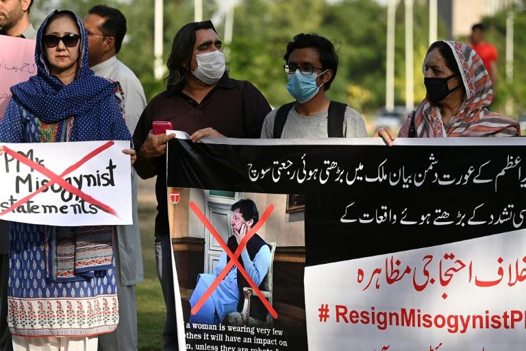 Des femmes manifestent à Islamabad le 23 juin 2021 pour demander des excuses au Premier ministre pakistanais Imran Khan après qu'il eut affirmé que les victimes de viols étaient
