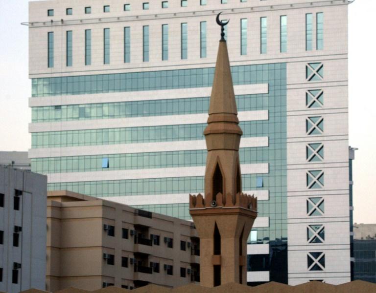 Le minaret d'une mosquée devant le bâtiment moderne de la Fondation Roi Fayçal, le 14 juillet 2004 à Ryad, en Arabie saoudite