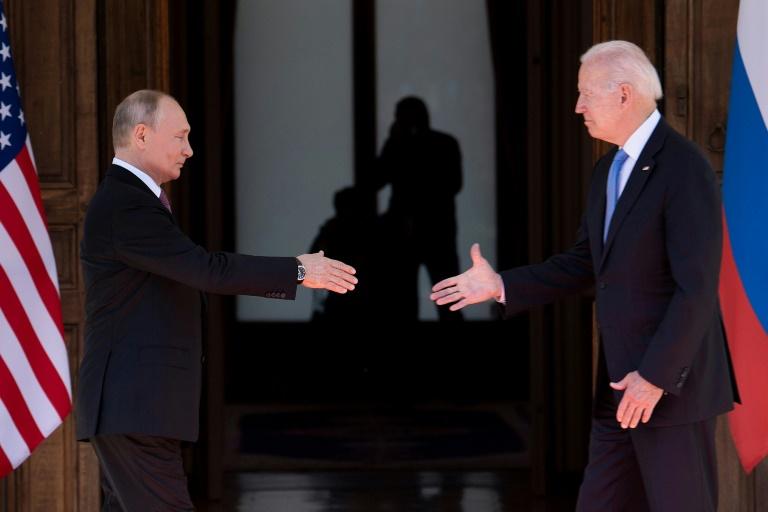 Le président américain Joe Biden et son homologue russe se serrent la main au début de leur sommet à Genève le 16 juin 2021