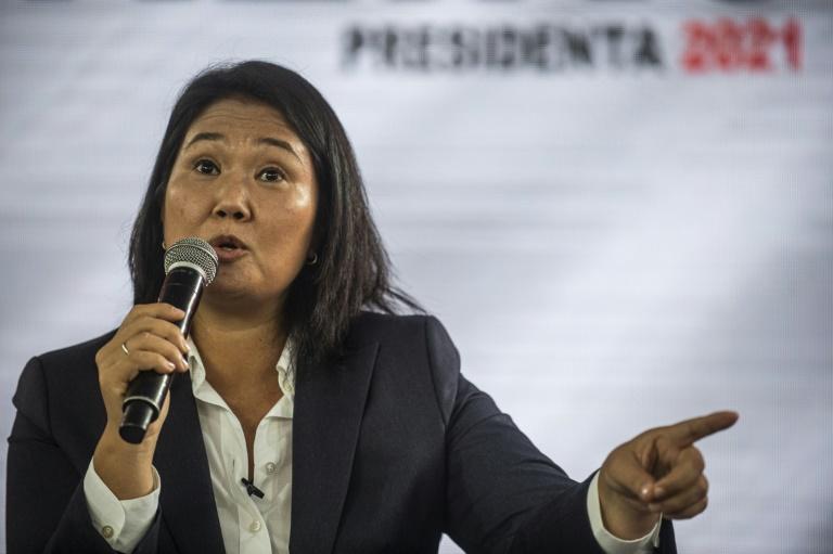 La candidate de droite à l'élection présidentielle au Pérou, Keiko Fujimori devant la presse étrangère, au siège de son parti, le 12 juin 2021 à Lima