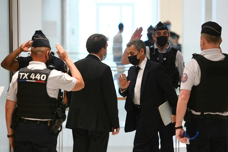 L'ancien président Nicolas Sarkozy (c) arrive pour une audience dans l'affaire Bygmalion au tribunal de Paris, le 15 juin 2021