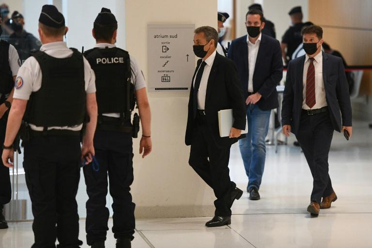 L'ancien président Nicolas Sarkozy (c) arrive pour une audience dans l'affaire Bygmalion au tribnal à Paris, le 15 juin 2021