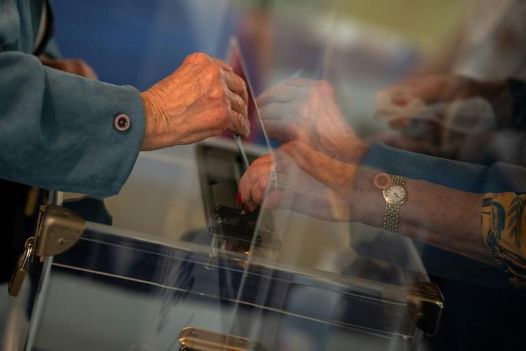Un électeur glisse un bulletin dans l'urne, lors du premier tour des élections régionales et départementales, à Angers le 20 juin 2021