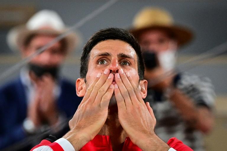 La joie du Serbe Novak Djokovic, après avoir battu l'Espagnol Rafael Nadal en quatre sets, lors de leur demi-finale à Roland Garros, le 11 juin 2021 à Paris