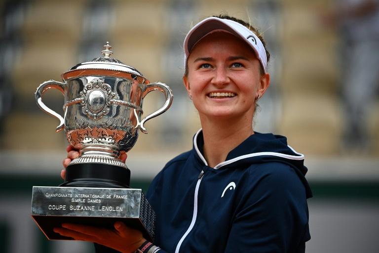 La Tchèque Barbora Krejcikova brandit son trophée après sa victoire en finale de Roland-Garros contre la Russe Anastasia Pavlyuchenkova, le 12 juin 2021
