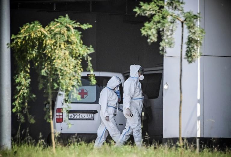Des personnels soignants devant un hôpital où sont admis les patients atteints du Covid-19 près de Moscou, le 17 juin 2021