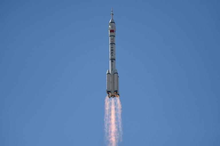 La fusée Longue-Marche 2F quitte son pas de tir du Centre de lancement spatial de Jiuquan (Chine) le 17 juin 2021