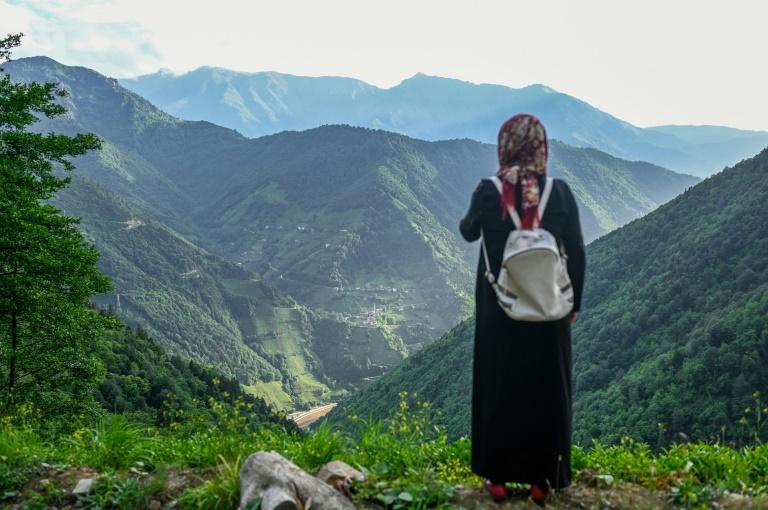 Une villageoise regarde les dégâts causés par une carrière de pierre dans la vallée en dessous, à Ikizdere, en Turquie, le 7 juin 2021