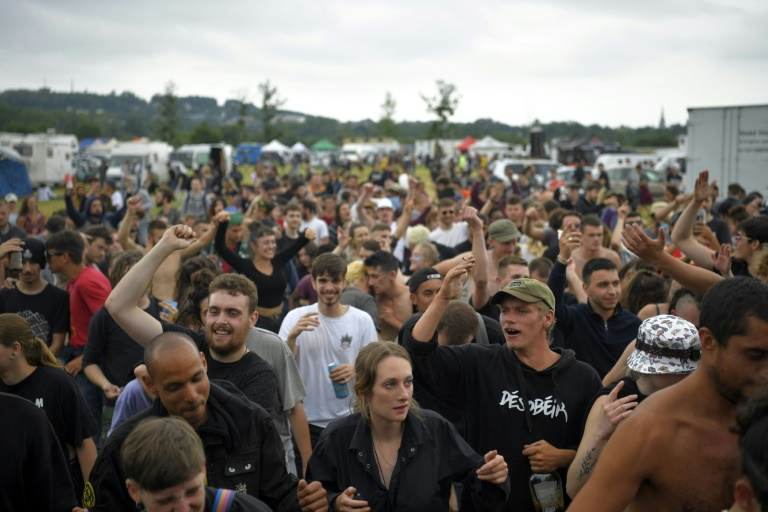 Des participants à une rave party illégale dans un champ à Redon, en Ille-et-Vilaine, le 19 juin 2021