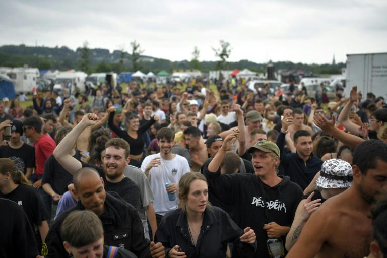 Des participants à une rave party illégale dans un champ à Redon, le 19 juin 2021 en Ille-et-Vilaine