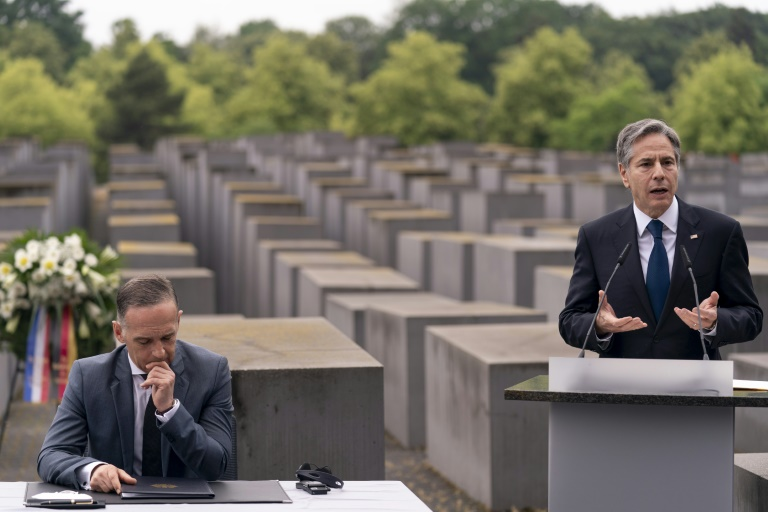 Le secrétaire d'Etat américain Antony Blinken (d) et son homologue allemand Heiko Maas (g) au Mémorial de l'Holocauste à Berlin, le 24 juin 2021