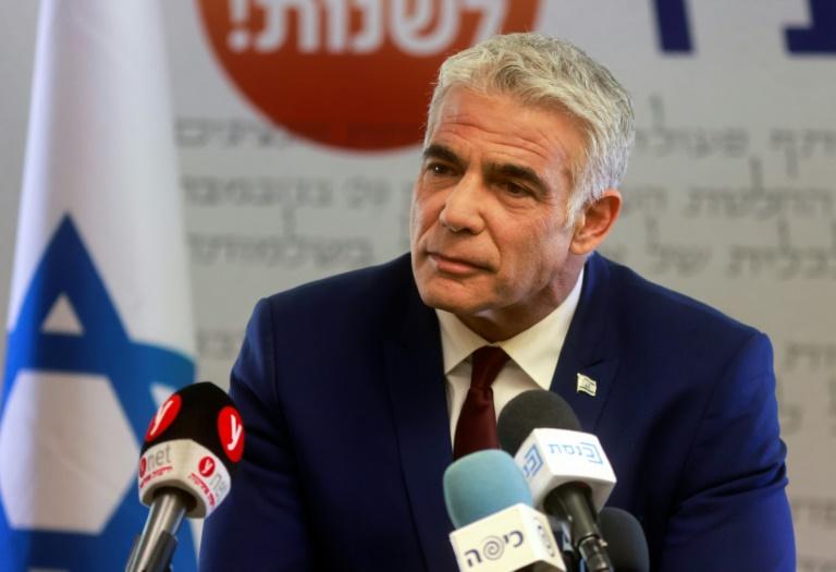 Le leader de l'opposition en Israël, Yair Lapid, s'exprime au bureau de son parti au siège du Parlement à Jérusalem, le 7 juin 2021
