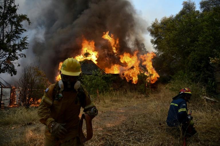 Des pompiers mobilisés contre un incendie à Labiri, près de Patras en Grèce, le 31 juillet 2021