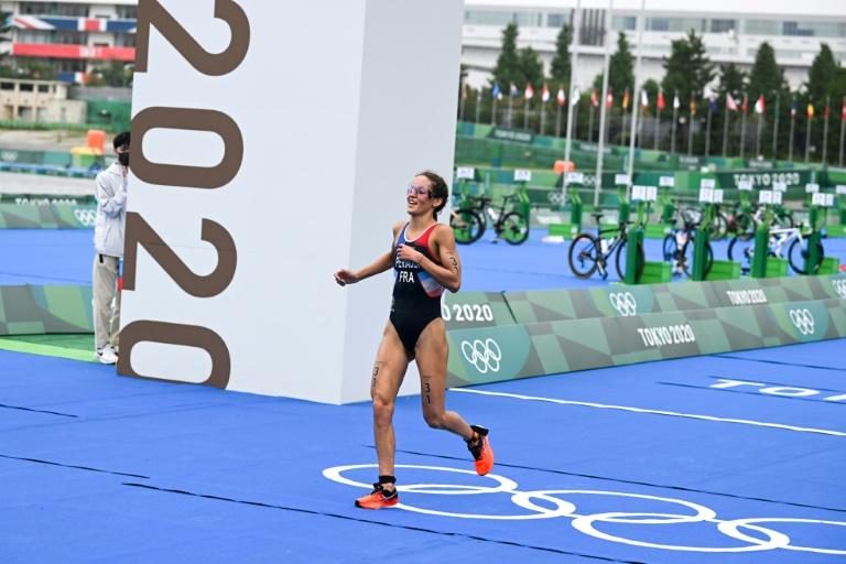 La Française Léonie Périault franchit la ligne d'arrivée de l'épreuve individuelle de triathlon, le 27 juillet 2021 aux Jeux olympiques de Tokyo
