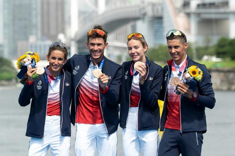 Le relais mixte du triathlon français, composé de Leonie Periault, Dorian Coninx, Cassandre Beaugrand et Vincent Luis, sur le podium après leur médaille de bronze aux JO de Tokyo, le 31 juillet 2021