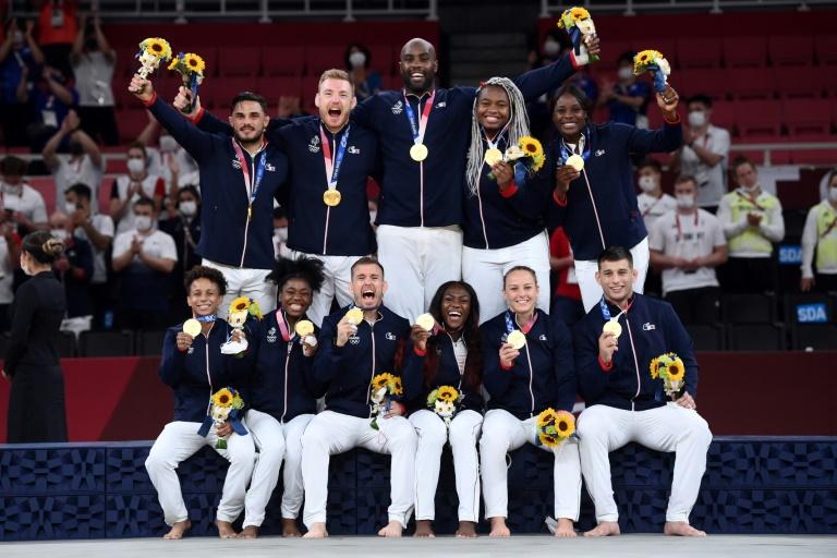 Teddy Riner et les judokas français posent avec leurs médailles d'or dans l'épreuve par équipe mixte après avoir battu le Japon en finale, le 31 juillet 2021 aux Jeux Olympiques de Tokyo 2020