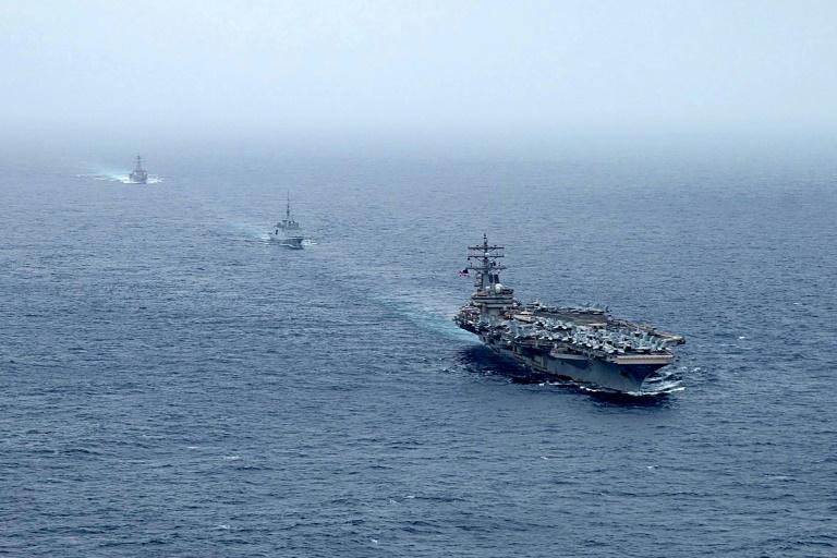 Une photo publiée avec l'autorisation du compte Twitter de l'US Navy le 25 juillet 2021 montre le porte-avions USS Ronald Reagan, la frégate française FS Languedoc et le destroyer USS Halsey en mer d'Oman