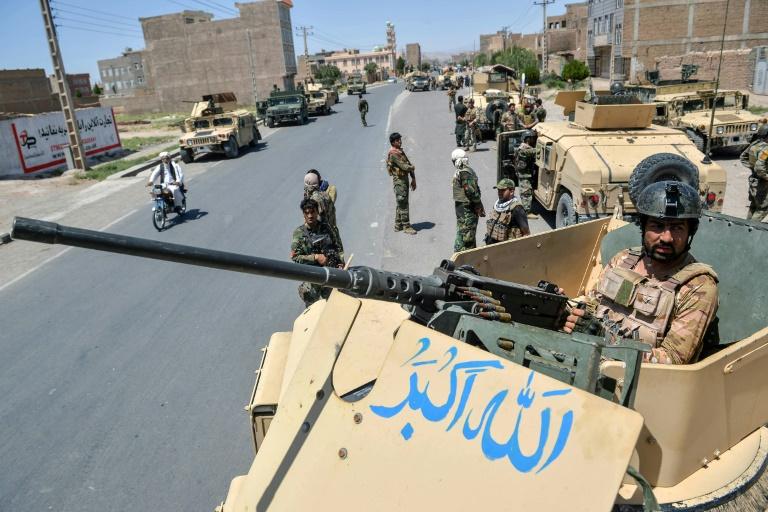 Un membre des unités commando de l'armée afghane sur une route près de la ville d'Hérat, dans l'Ouest de l'Afghanistan, le 1er août 2021