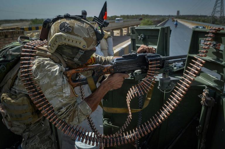 Une sentinelle monte la garde devant les locaux de la Mission de l'ONU en Afghanistan à Guzara, près de Hérat, le 31 juillet 2021
