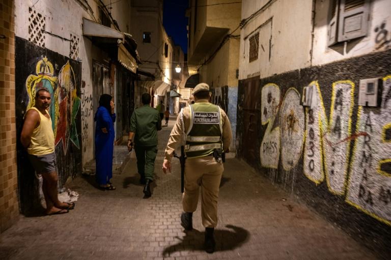 Des forces de sécurité marocaines patrouillent dans les rues de Rabat pour surveiller le respect des restrictions sanitaires, le 3 août 2021
