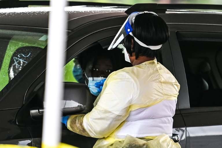 Une femme se fait tester dans un centre de dépistage