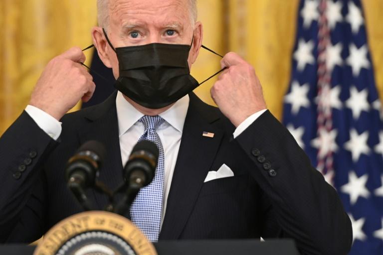 Le président américain Joe Biden enlève son masque avant un discours à Washington, le 29 juillet 2021