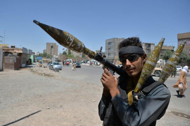 Un policier tient un lance-roquettes sur une route à Hérat (Afghanistan), le 2 août 2021