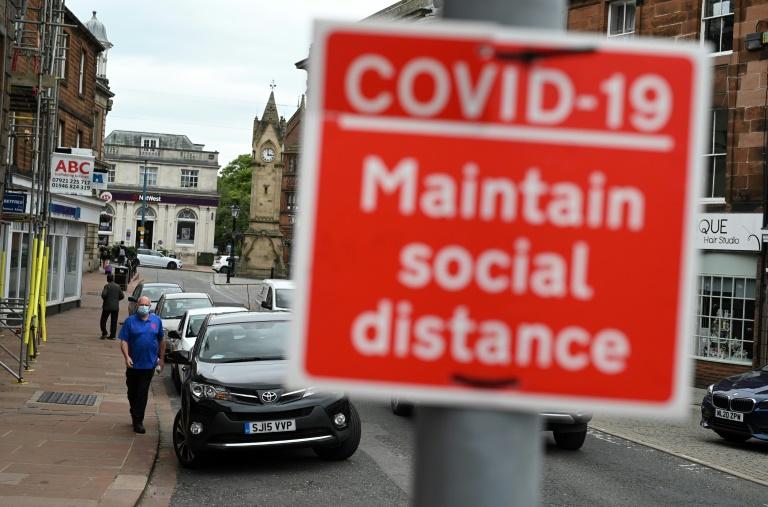 Les personnes totalement vaccinées ont trois fois moins de chances d'être testées positives au Covid-19 que celles qui ne sont pas vaccinées, selon une étude britannique