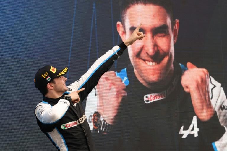 Le Français Esteban Ocon savoure son triomphe sur le podium du Grand Prix de Hongrie sur le Hungaroring, le 1er août 2021