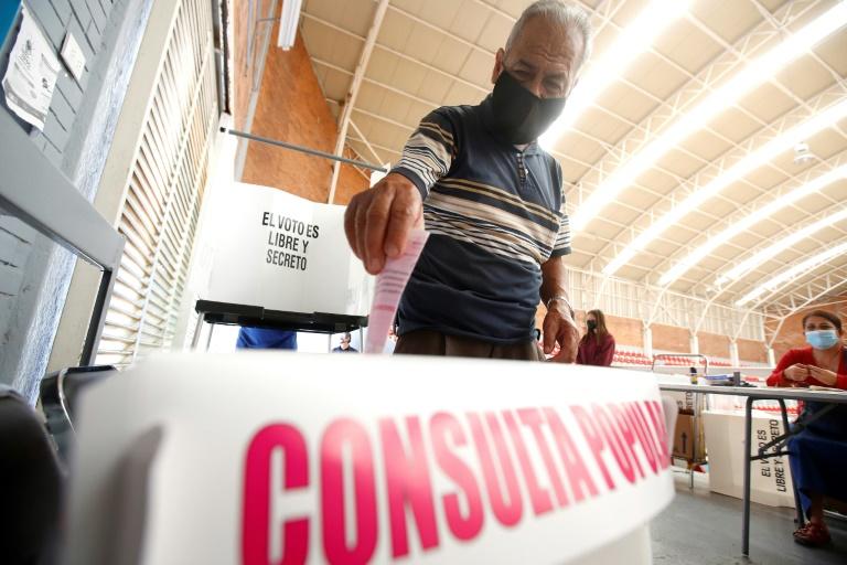 Un homme vote lors d'un référendum national à Guadalajara, dans l'État de Jalisco, au Mexique, le 1er août 2021